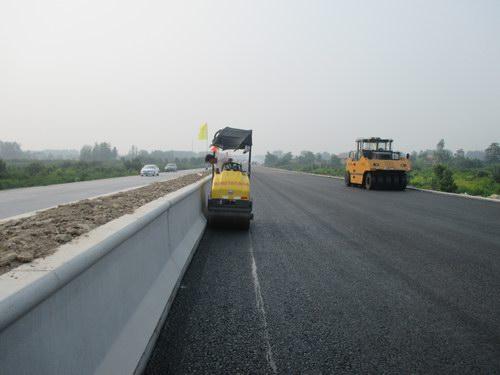 济祁高速砀山段路面工程掀起大干热潮